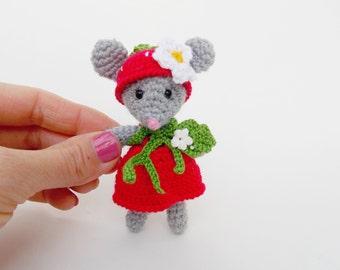 Tiny mouse strawberries, handmade tiny mouse, a small animal doll strawberry, Amigurumi mouse gray, crochet tiny mouse