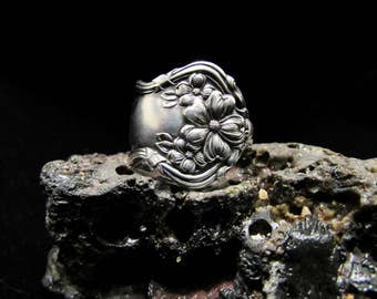 Spoon Ring .1908 Wm. Rogers and Son, 'Arbutus' spoon ring. Silverplated .Art Nouveau,  Detailed flowers .
