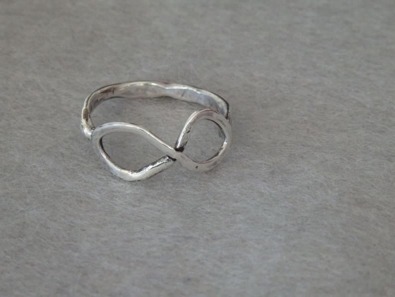 301607eba386 Anillo infinito de plata esterlina anillo ligero martillado