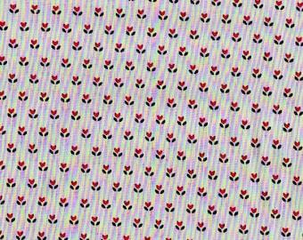 Tissu coton gris avec fleurettes rouges et feuilles gris foncées, coton fin gris et rouge.