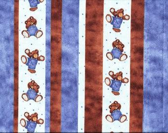 Tissu coton pour enfants avec oursons en peluche, coeurs, et cadeaux.
