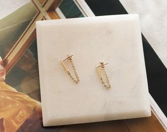 Ilio earrings - Silver. Gold. Dainty. Minimalist. Feminine. Classic. Everyday wear. Modern. Contemporary. Women. Fashion. Drop chain detail.
