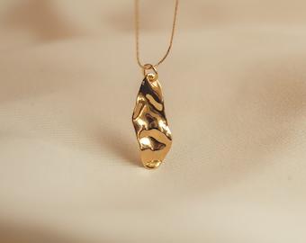 Arta Necklace - Minimalist. Modern. Contemporary. Feminine. Classic. Necklace. Gold. Statement. Jewelry. Everyday wear. Accessories.