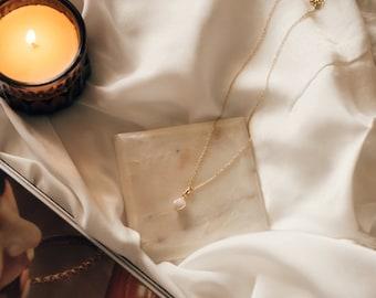 Serres Necklace - Pearl pendant. Gold necklace. layer. Dainty. Minimalist. Classic. Feminine. Handmade. Vintage. Women. Everyday wear.