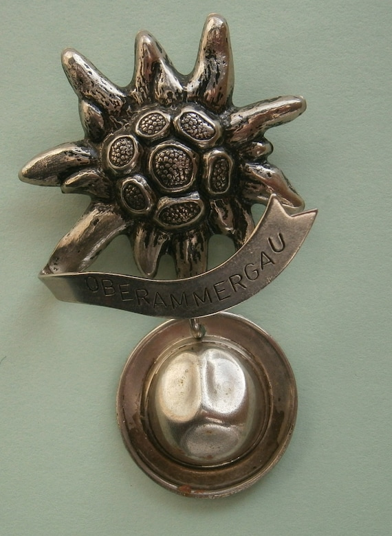 A lovely vintage silver tone German alpine souvenir edelweiss and hat Oberammergau badge brooch