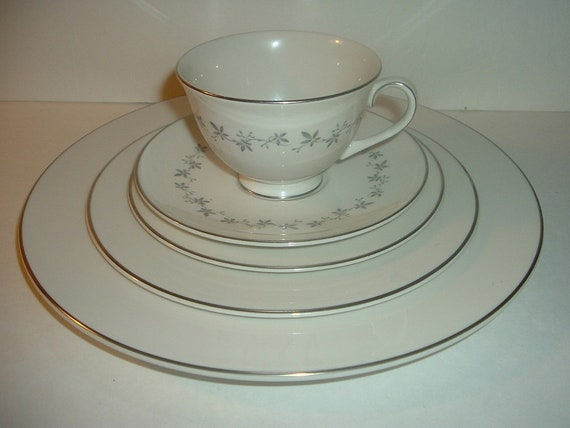 Royal Doulton Cadence 5 Piece Placesetting Plates Cup Saucer