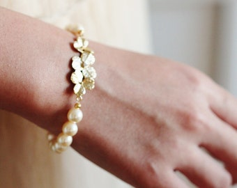 Bridesmaid Bracelet, Pearl Bracelet, Gold Flower Bracelet, Bridesmaid Gift, Garden Wedding Bracelet, Bridal Party Bracelet, Stretchy B109