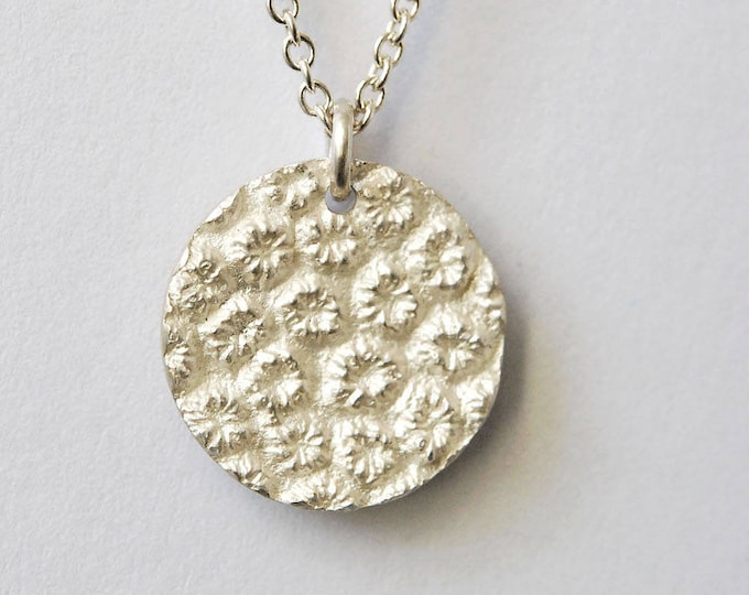 Silver, silver or gold medal necklace with pattern