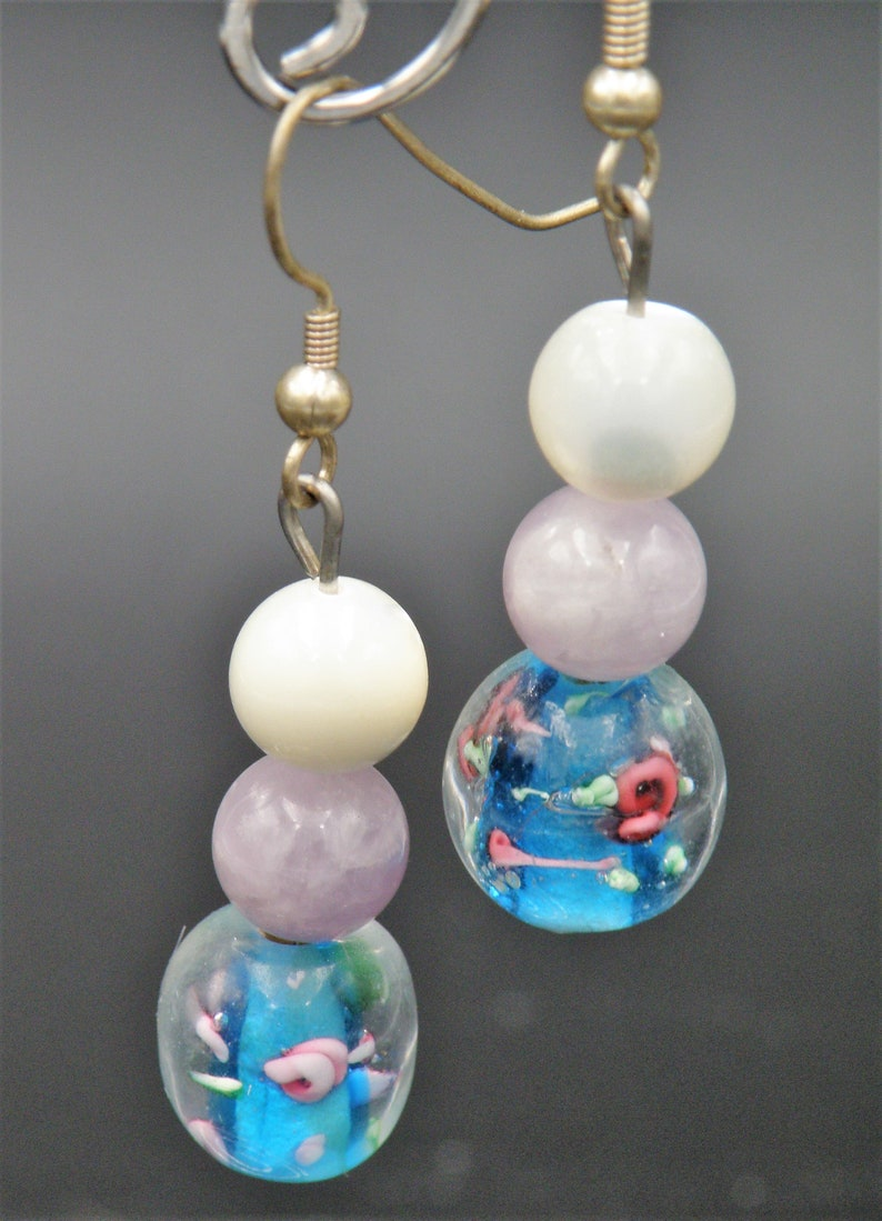 Silver Spacers Hook Closure 26 Necklace of Opalescent Pearl Beads wBlue Oblong Beads wPink Roses Embedded