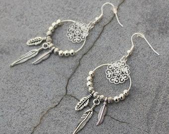 dc1793e5b4189 Boucles d'oreilles créoles ethnique argentées estampes rosace breloques  pampille plume sequins émaillés perle métal bijou fait main créateur