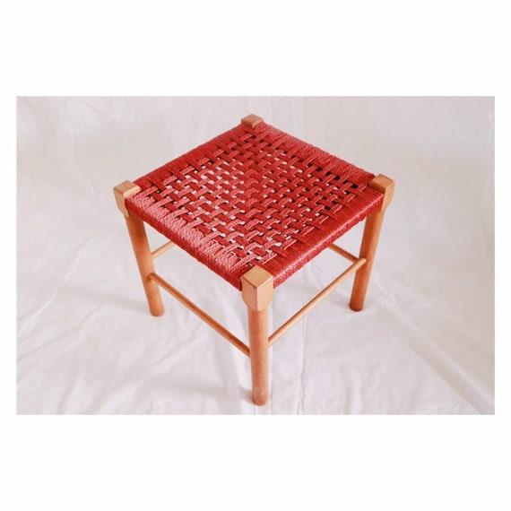 Houten Stoel Vintage.Vintage Stool Geweefde Kruk Woven Chair Red Wood Stool Houten Etsy