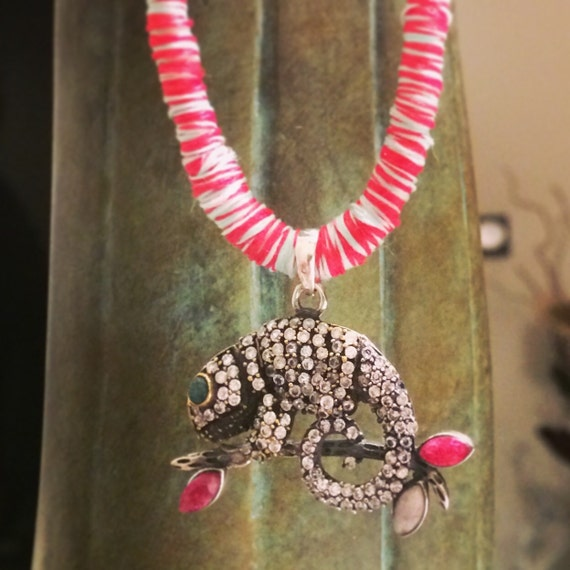 Silk necklace with chameleon pendant in silver and stones and semi-precious stones