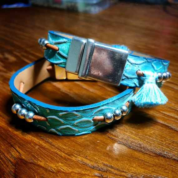 Bracelet of skin with print of Turquoise Serpent and closure of magnet in high silver plated zamak