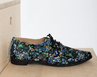 Woman Leather Oxford Shoes in Floral Pattern. Pointed style