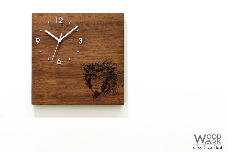 Horloge de mur en bois massif - Pan God of Nature - Laser en bois gravé - Massive Wood Iroko - African Teak - Contemporary Wall Mounted Clock