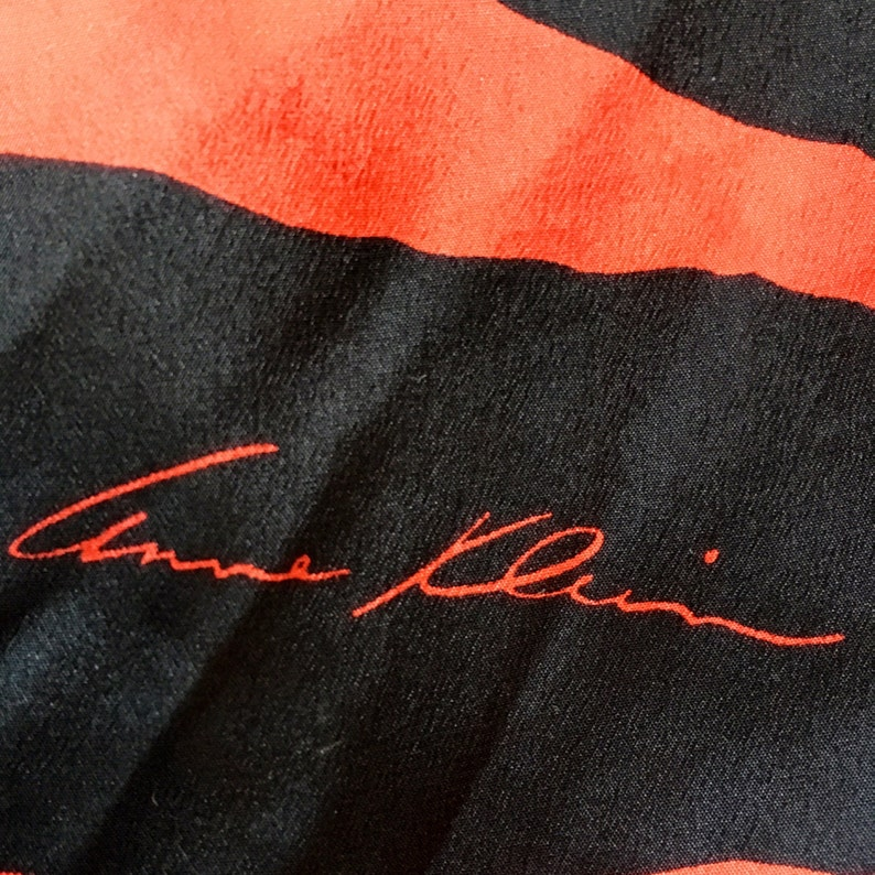 2a3b6c309a7 Vintage des années 80 90 s imprimé de foulard en soie rouge