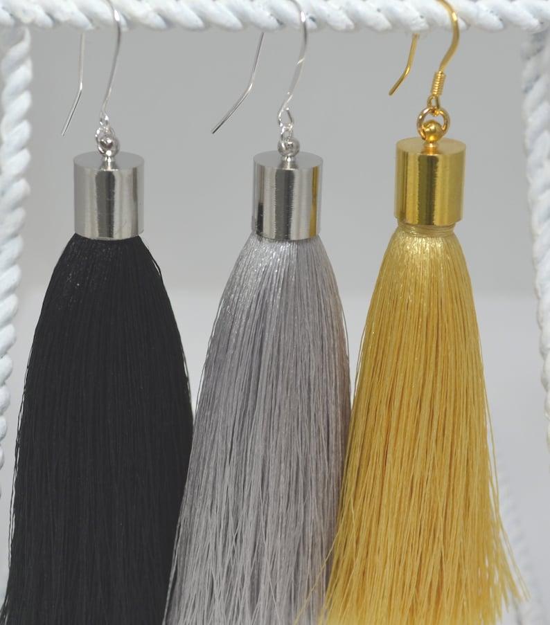 0cb8c2639e39 Aretes de borla en color dorado gris o negro con detalles y