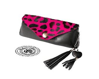 Etui à lunettes en cuir lisse noir ou marron et cuir poils style léopard  taille 19 x 7 cm + bijou grigri assorti OFFERT !!! e2c8c9870a30