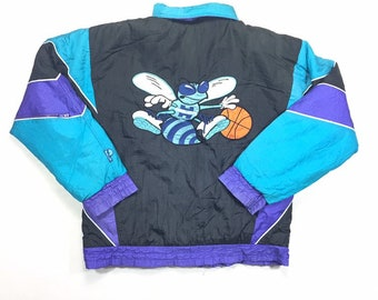 90s Charlotte Hornets Big Logo NBA Pro Player By Daniel Young Puffy Jacket Small, 90 Hornets Zip Up Puffer Jacket S, 90s Vintage Streetwear