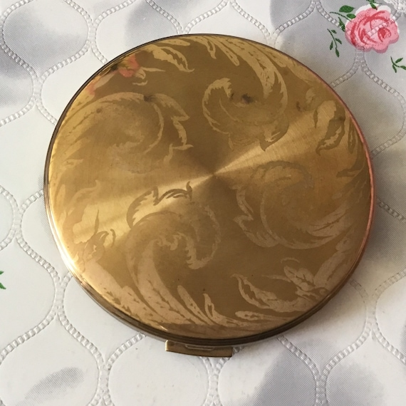 Vogue Vanities 1950s loose powder compact with leaves, large vintage gold tone makeup mirror or handbag accessory