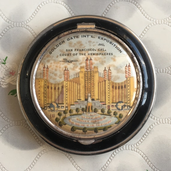 Vintage 1930s or 1940s black enamel loose powder compact, a souvenir of San Francisco with the Golden Gate