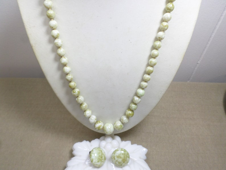 Vintage Green And White Marbled Glass Graduated Bead Necklace With Matching Button Clip On Earrings WK# 959