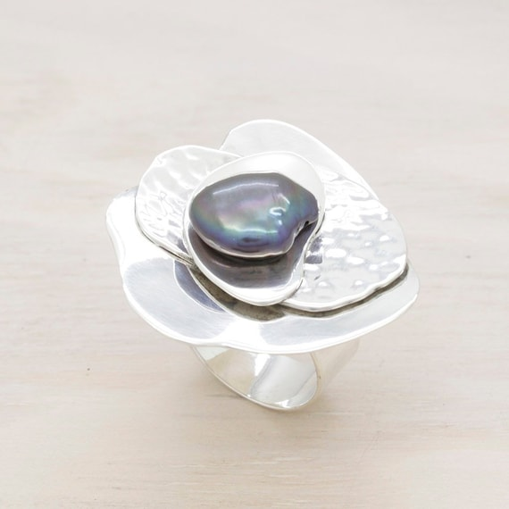 Handmade silver pearl ring, elegant oversize ring with texture and natural cultivated grey