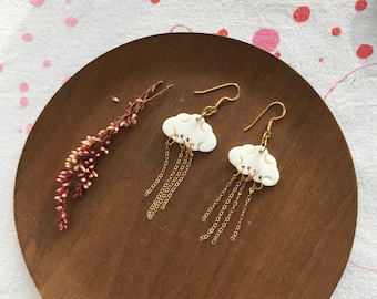 Mother-of-pearl cloud earrings and gold-plated chain