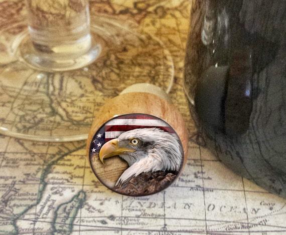 Bouchon à vin, bouchon bois aigle à la main et un drapeau américain, bouchon de bouteille patriotique, liberté conception sur le bouchon en liège haut bois d'aigle