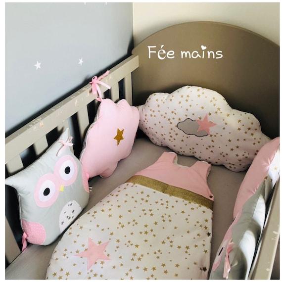 Tour de lit bébé fille en forme de chouettes et nuages nuages gris , rose  et blanc avec étoiles