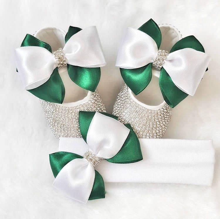 des cristaux de swarovski et et swarovski bébé blanc, ruban vert / chaussures de luxe de cadeau de naissance / bébé don / cadeaux pour bébé 194981