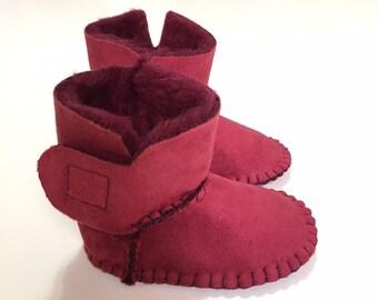 STIVALETTO in SIMIL PELLE scamosciato color rosso bordeaux con interno in  morbida pelliccia sintetica per neonato a 43d449ccbc8