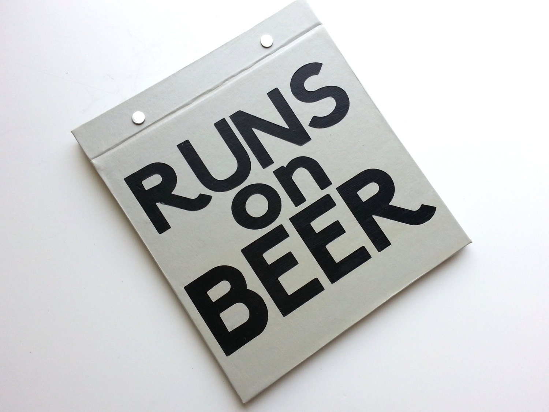 Course Bib la porte - tourne sur la Bib bière - humour en cours d'exécution - livre relié à la main pour découvrir les bavoirs - lumière gris et noir 1c1cae