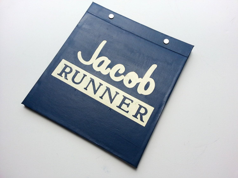 Course porte-bavoir - Runner Runner TitleType avec à nom personnalisation - livre relié à avec la main pour les coureurs - marine et blanc cassé 724dee