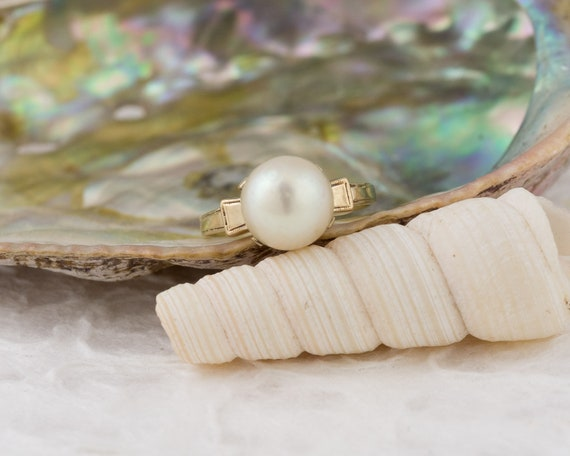 Vintage Solitaire White Pearl Ring in Yellow Gold - image 1