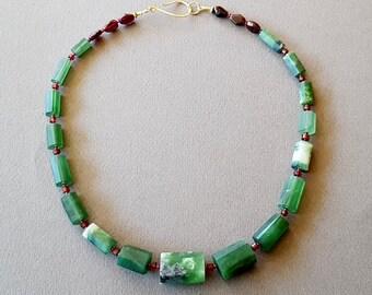 Necklace Serpentine and Garnet.