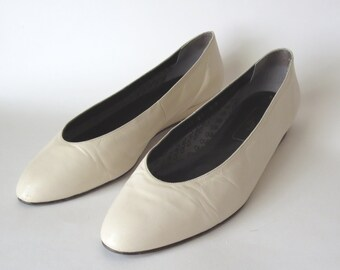Nina Vintage Leather Ecru Flats with Tiny Wedge in Almost New Condition Size 8N