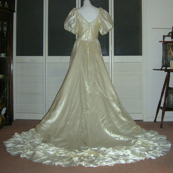 Vintage Ruffled Liquid Satin Lace Wedding Dress Br