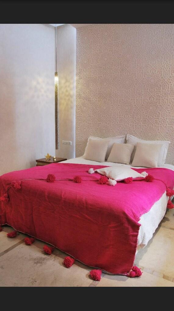wolldecke mit pompons in marokko von hand gewebt etsy. Black Bedroom Furniture Sets. Home Design Ideas