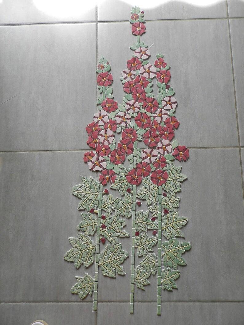 Rose trémière en mosaïque sur filet en émaux de briare sur commande