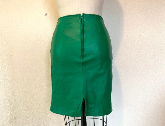 1980s Kelly green leather mini skirt - image 2