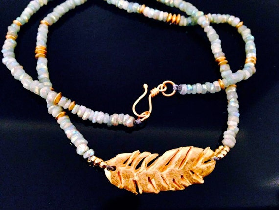 Feather touch- Short Necklace