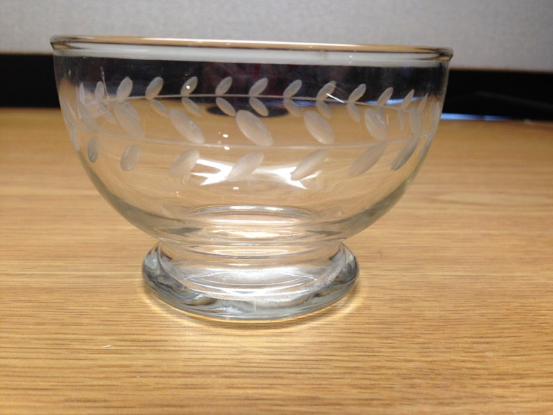 Beautiful vintage clear glass dish.