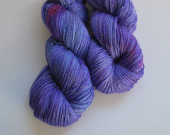 The Night has a Thousand Eyes, SW Merino Stellina sock, 4 oz, 425 yards, fingering,painted,purple,blue,turquoise,night,gold,sparkle,stars