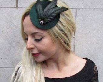541656a3dac Bottle Dark Green Black Small Pillbox Feather Hat Fascinator Hair Clip Vtg  6584