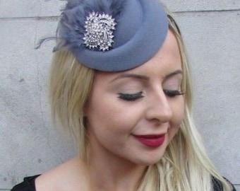 981bd07fdda Dark Grey Silver Feather Pillbox Hat Hair Clip Fascinator Vtg Races Wedding  6784