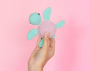 Cadeau de naissance tortue amigurumi, Hochet doudou crochet, Doudou bébé peluche tortue de mer, Cadeau naissance au crochet, Peluche crochet