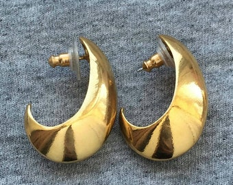 ornate gold tone metal art deco style large Runway vintage 80s clip on earrings. white mother pearl faux black onyx dangle