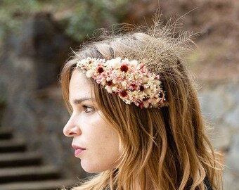 Side headband of dried white flowers and large side roses with golden asparagus leaf