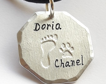 Aluminum medal pendant with dog footprint and human footprint, with the name of the owner and his puppy.